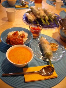 中春巻きと辛いスープ